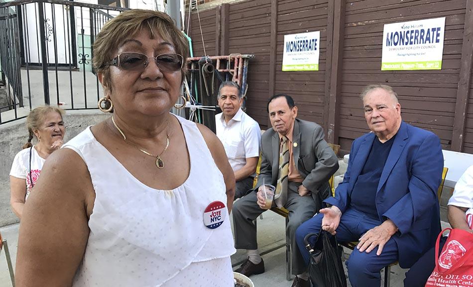 Mercedes Blanco y al fondo, desde la izquierda, Joel Magallán, el reverendo Andy Torres y el abogado Jesús Peña. Foto Javier Castaño