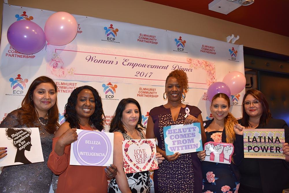 Durante la cena exhibieron orgullosas los letreros que se usaron para dar un mensaje positivo sobre la mujer latina.
