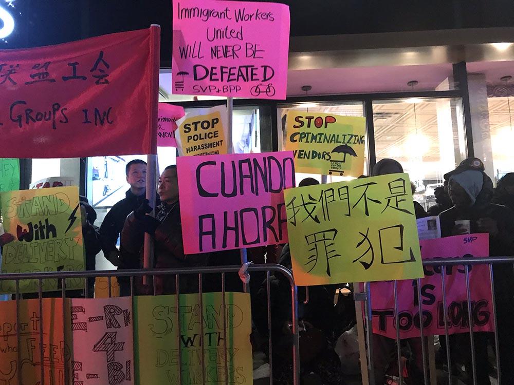 Al frente de Kings Theatre varios grupos protestaron en contra del alcalde Bill de Blasio.