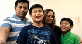 Abogada Ana María Bazán obtiene papales a familia latina