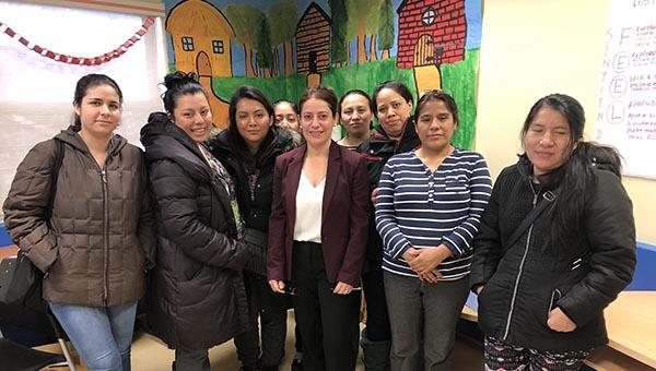 Ana María Bazán dialoga con inmigrantes sobre inmigración