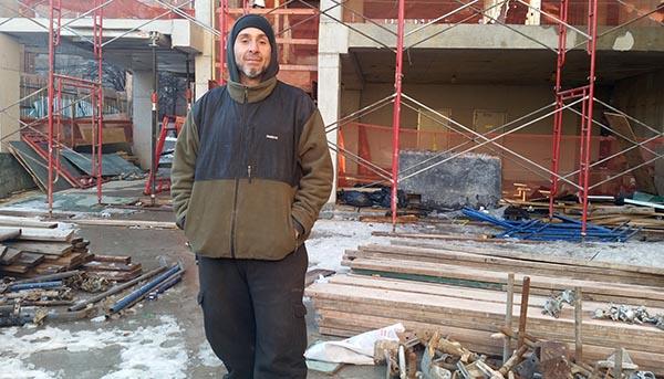 Obrero Edwin Zapata halla refugio en construcción en NY
