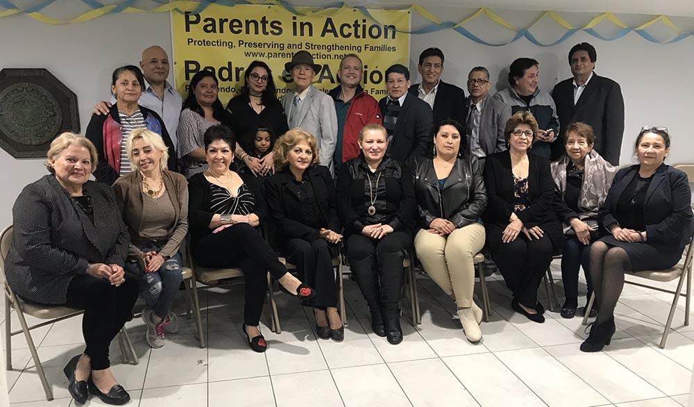 Rolando Bini, de sombrero, y Platina Poreshqi, rodeados de activistas de la comunida latina de Nueva York.
