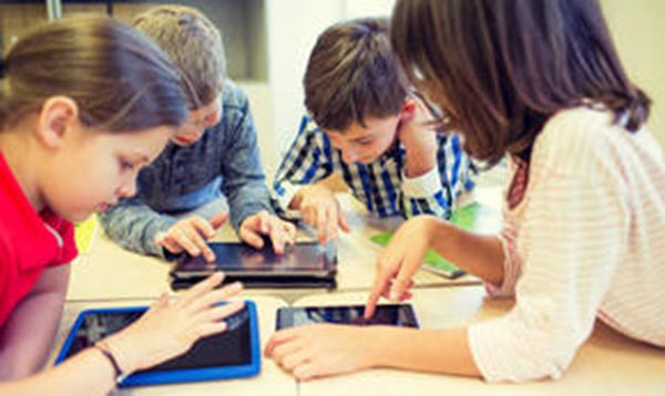 Los niños aprenden con tecnología digital sobre el mundo salvaje y la protección de la naturaleza. Foto WWF