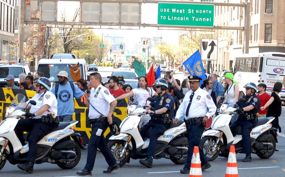La presencia policía fue notoria en todas las manifestaciones durante el Día del Trabajo en la ciudad de Nueva York. Foto Humberto Arellano