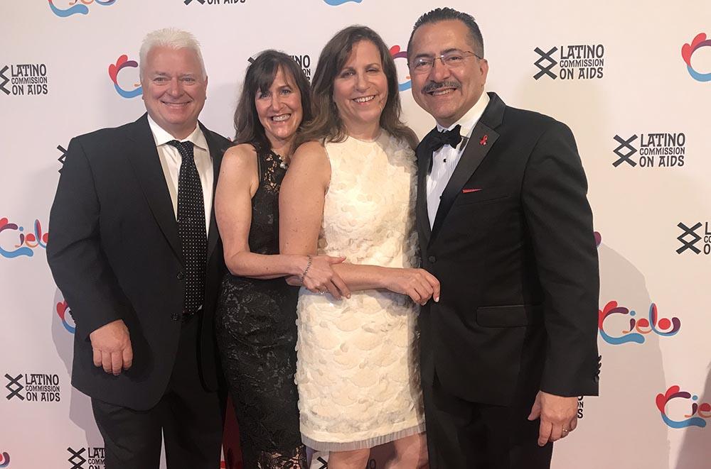 Desde la izquierda, Kevin Strafford, Carol Strafford, Donna Chacón, esposa de Guillermo Chacón, presidente la la Comisión Latina sobre el Sida. Foto Javier Castaño
