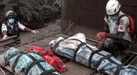 Guatemala cuenta sus muertos por Volcán de Fuego