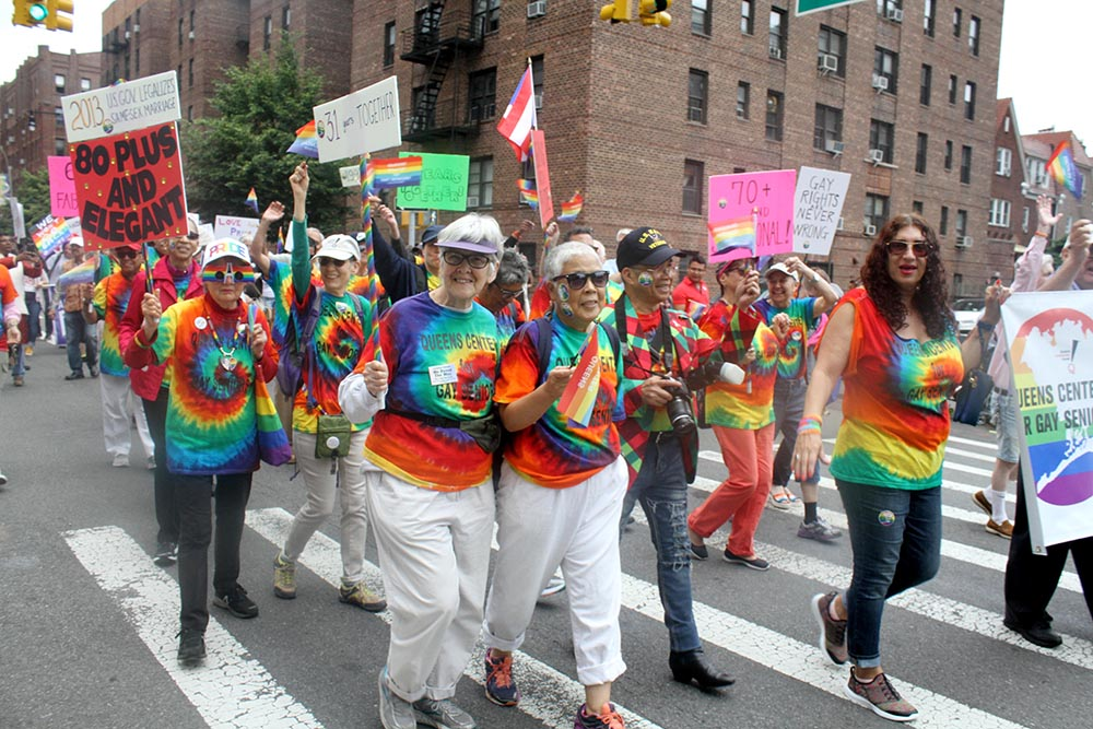 La comunidad gay, de cualquier edad, se hizo presente en este desfile de Queens que exalta la inclusión y la diversidad. Foto Humberto Arellano