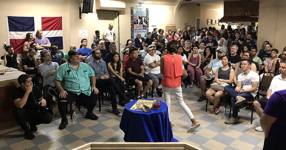 La gran mayoría de los asistentes en el Club Hermanos Unidos de Queens no fueron latinos.