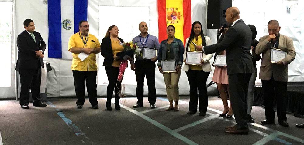 A la izquierda, Israel Rocha, CEO del Elmhurst Hospital, y Rubén Díaz Jr., a la derecha, con el grupo de empleados latinos honrados durante el Mes de la Herencia Hispana. Fotos Valeria Ricciulli.