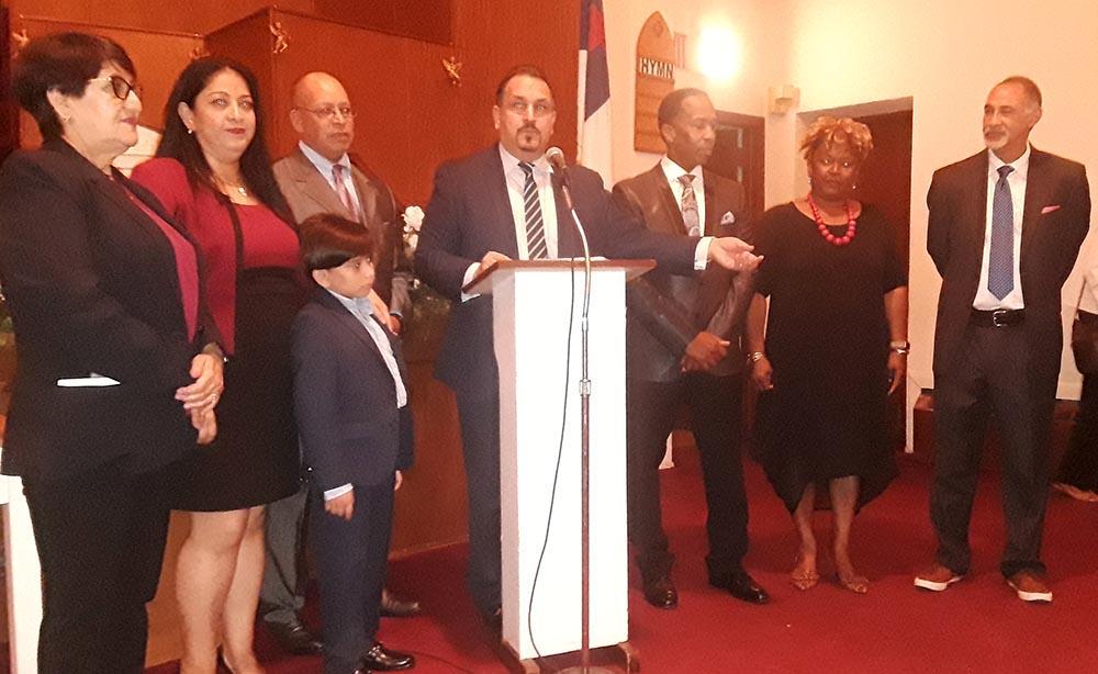 Hiram Monserrate en el podium al lado de sus candidatos que ganaron puestos políticos dentro del Partido Demócrata de Queens. Foto Danny Mendoza