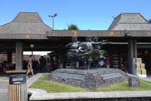 コナ空港内にあったフラダンサーの像