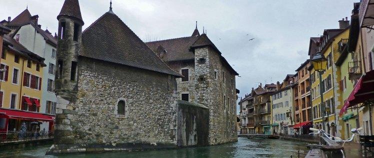 Y si buscas Mercados de Navidad con encanto, no te puedes perder el de Annecy a los pies del Palacio de la Isla