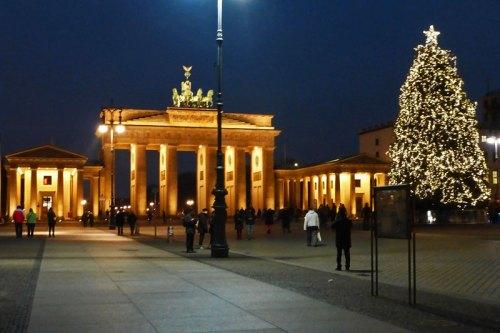 Vista nocturna de la Puerta de Brandeburgo en Berlín