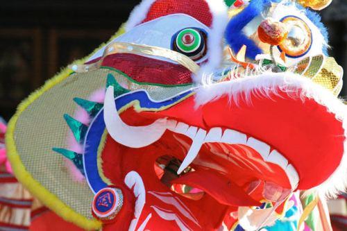 Dragón recorriendo el Chinatown de Yokohama por el Año Nuevo Chino