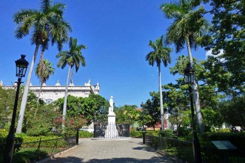 Estatua de Carlos Manuel de Céspedes en la Plaza de Armas, el Padre de la Patria