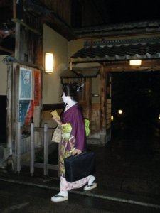 Maiko saliendo de una Okiya de Pontoncho
