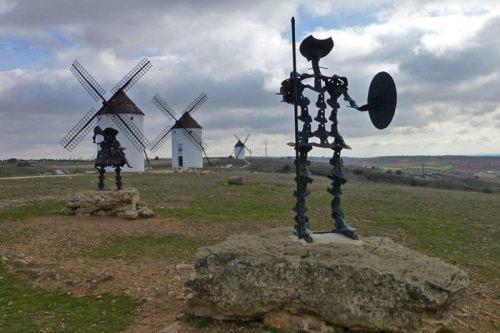 Don Quijote y Sancho Panza delante de los molinos de Mota del Cuervo