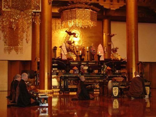 Monjes budistas rezando en el Templo Zojoji