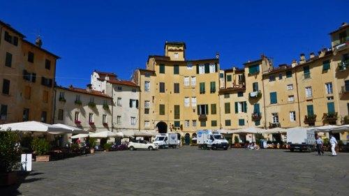 Plaza del Anfiteatro, la más emblemática y visitada de Lucca