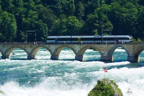 Puente del Ferrocarril (Rheinfallbahn) junto a las Cataratas del Rin