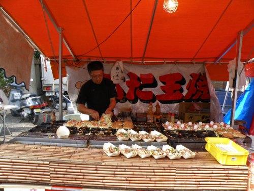 Puesto de comida tradicional en un matsuri de Tokio