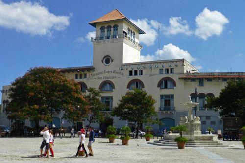 Terminal de Sierra Maestra y Fuente de los Leones en la Plaza de San Francisco de Asís de La Habana