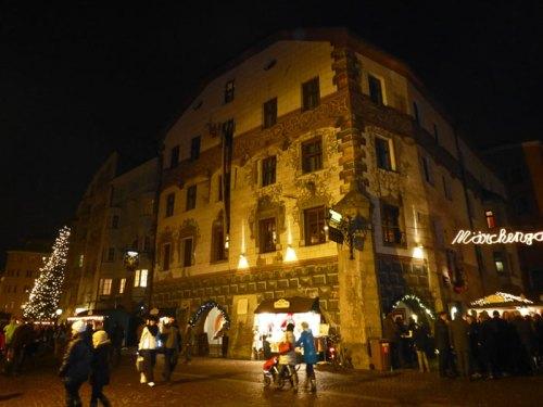 Tienda de recuerdos y souvenirs en los bajos de un edificio típico de Innsbruck