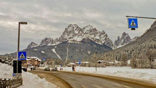 Carretera atravesando uno de los pintorescos pueblos de las Dolomitas