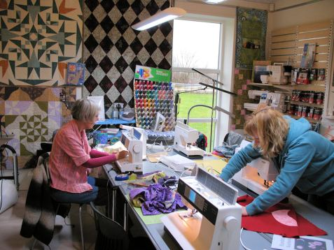 Stor koncentration omkring symaskinerne,-det er slet ikke så svært at få cirklerne til at passe.