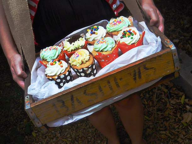 Bashews-tray-with-cupcakes