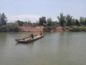 Die Faehre faehrt entlang eines Seils un der Faehrmann zieht das Boot von Ufer zu Ufer
