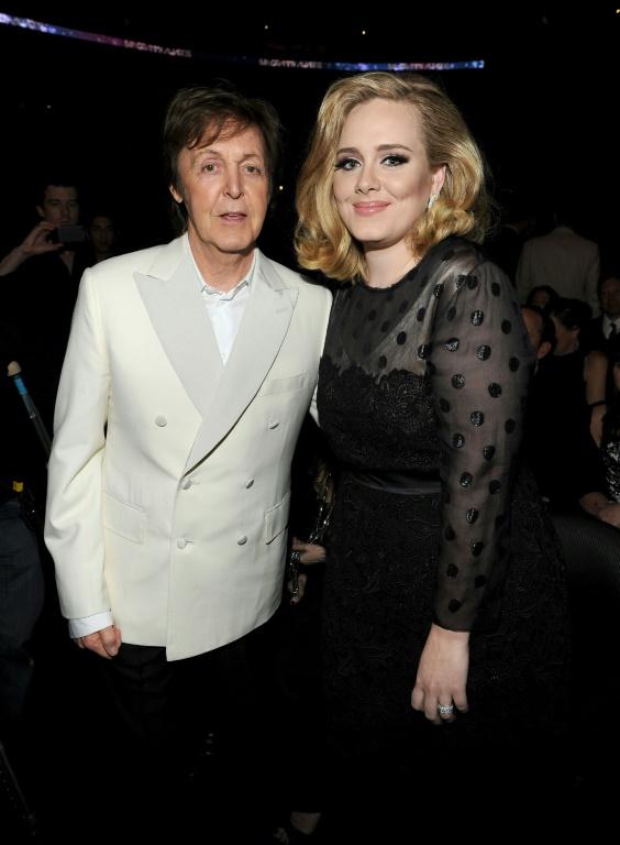 El músico Paul McCartney y la cantante Adele, en la entrega de los Grammy en Los Ángeles, el 12 de febrero de 2012 Getty/AFP/Archivos / Larry Busacca