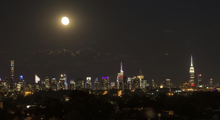 La Luna se alza sobe Manhattan en Nueva York el 22 de junio de 2016 AFP/Archivos / Omar Torres