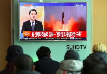 Un grupo de personas observa un programa de televisión que muestra el lanzamiento de misiles balísticos en Seúl, el 12 de febrero de 2017 AFP/Archivos / Jung Yeon-Je