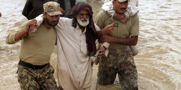 Soldados paquistaníes ayudan a damnificados por las inundaciones. EFE/Saood Rehman