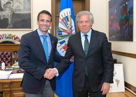 Fichas del imperialismo: Henrique Capriles, líder de la oposición venezolana, de la mano del secretario general de la OEA Luis Almagro. Foto: OEA via photopin (license)