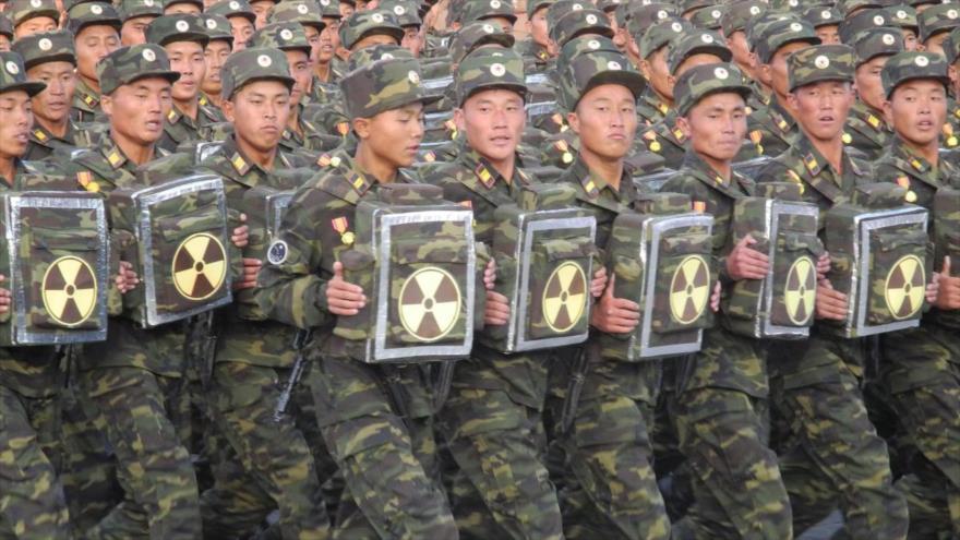Soldados equipados con mochilas con el símbolo de la radiación desfilan en Pyongyang, capital de Corea del Norte.