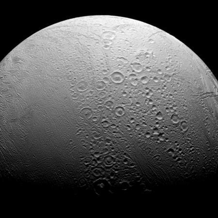Encelado, una de las lunas de Saturno, vista por una cámara de la sonda Cassini. 27 de noviembre de 2016. Los chorros de hielo y gas que Encélado, la luna de Saturno con un océano subterráneo, expulsa hacia el espacio contienen hidrógeno de actividad hidrotermal, un ambiente que algunos científicos creen que llevó al surgimiento de la vida en la Tierra, mostró una investigación publicada el jueves. NASA/JPL-Caltech/Space Science Institute/via REUTERS. ATENCIÓN EDITORES - ESTA IMAGEN HA SIDO ENTREGADA POR UN TERCERO Y SE DISTRIBUYE EXÁCTAMENTE COMO LA RECIBIÓ REUTERS COMO UN SERVICIO A SUS CLIENTES.