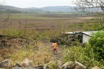 Un chico corre hacia lo que fue el lecho de la laguna Atescatempa, en Guatemala, el 5 de mayo de 2017 AFP / Marvin Recinos