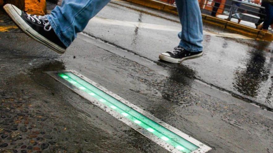 Un ejemplo de los semáforos que chile a colocado en sus calles para evitar accidentes a los adictos al móvil.
