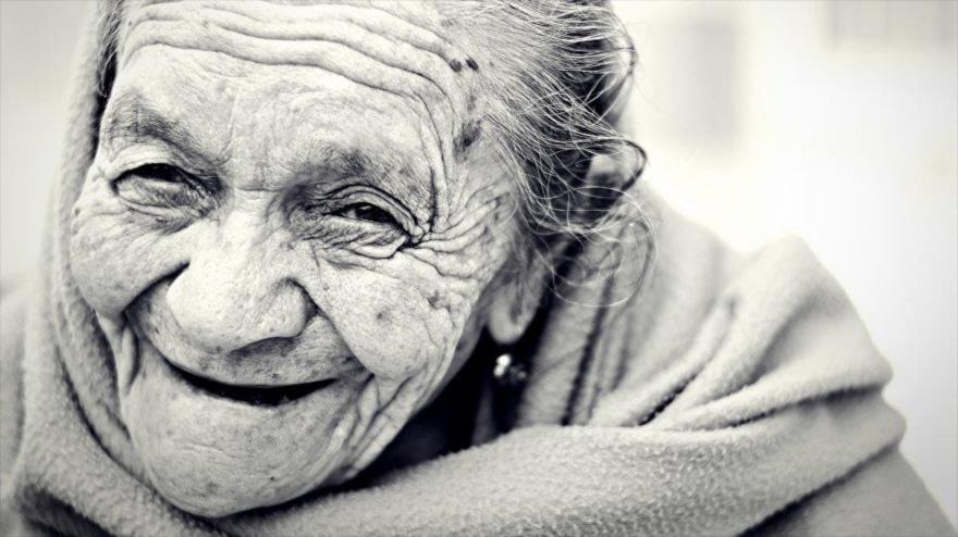 El organismo humano envejece y muere debido a la influencia indirecta de los parásitos en el proceso evolutivo de los seres vivos.