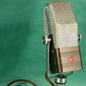 Le RCA 44-BX est un microphone lancé au début des années 1930 qui remporta tellement de succès, qu'on l'utilise encore de nos jours dans certains studios. Photo de Roadside Guitars sous licence Creative Commons 2.0 via Wikimedia Commons.