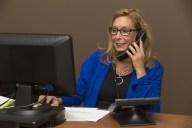 Une dame utilise une suite bureautique gratuite