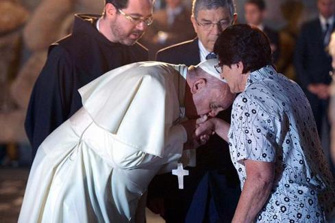 600x400_2605-pope-francis-jews-kisses-hands-holocaust3