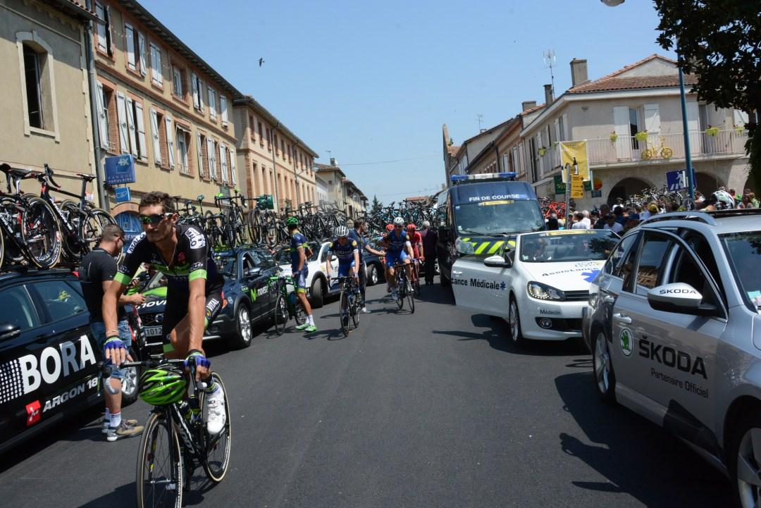 スタート地点に向かうチームカーの群れで大渋滞のT字路は