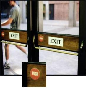 Norman door—Son necesrios carteles que especifiquen la interaccion (push, tirar) porque en el diseño de la puerta, al tener tiradores, no queda claro.