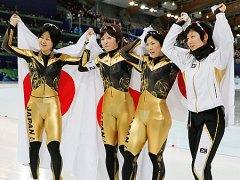 女子団体追い抜きで2位となり、喜ぶ田畑(左端)ら日本チームの選手=27日〔共同〕