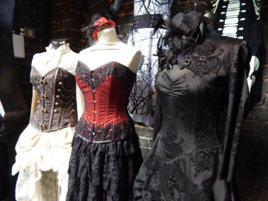 Korsagen und Kleider