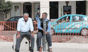 Jubilados, en muletas y sillas de ruedas, reclamando sus incrementos de pensión desde hace años; mientras, los altos funcionarios de la delegación del ISSSTE saquean el presupuesto de manera impune.